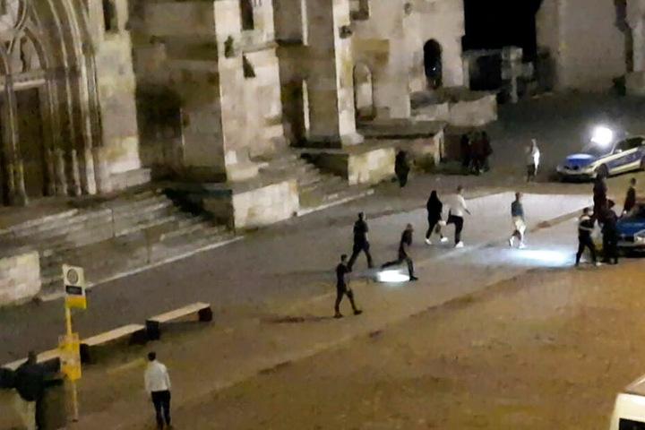 Mehrere Personen wehrten sich in Regensburg gegen die angerückten Polizeibeamten.