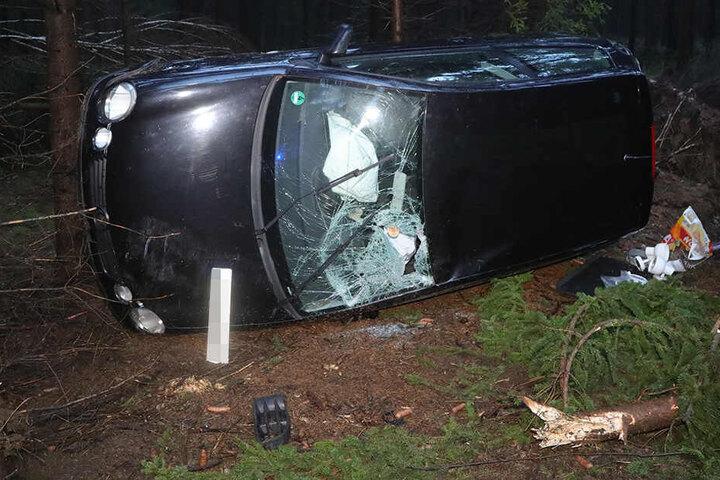 Die Frau hatte in einer Rechtskurve die Kontrolle über ihr Auto verloren. Wir wurde verletzt und musste ins Krankenhaus gebracht werden.