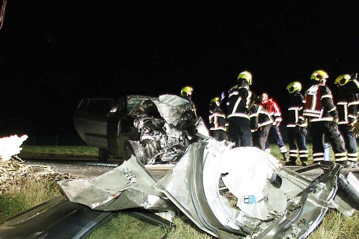Der Fahrer kam in einer langgezogenen Rechtskurve nach links ab und prallte frontal gegen einen Baum.