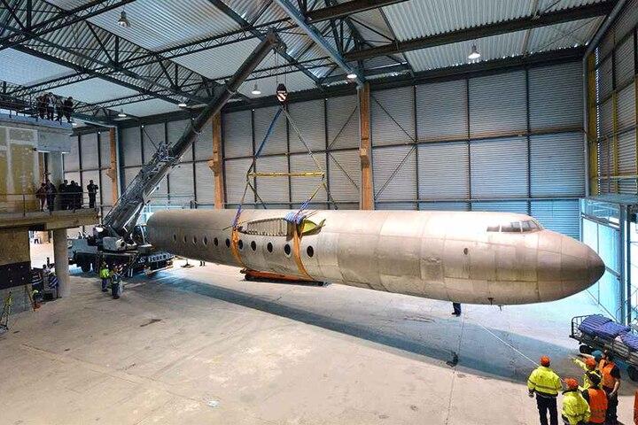 """Take off! Ein Kran verhalf dem 7,2 Tonnen schwerem Rumpf der """"152"""" zu seinem wohl letzten """"Flug""""."""
