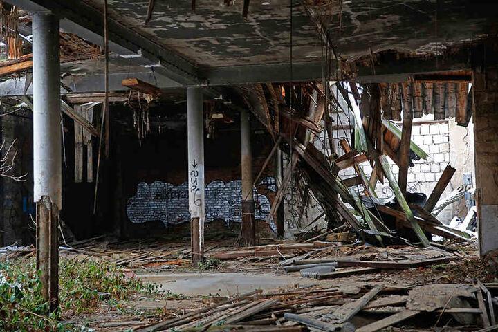 Nur noch die Außenmauern sind halbwegs intakt, innen ist nicht mehr viel zu retten.
