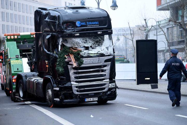 Der Lkw wurde am Dienstag abgeschleppt. Der Anhänger wurde hingegen noch nicht bewegt.