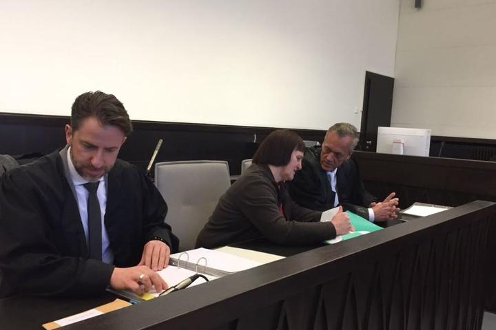 Auch Angelika W. sitzt bereits an der Seite ihrer Anwälte.
