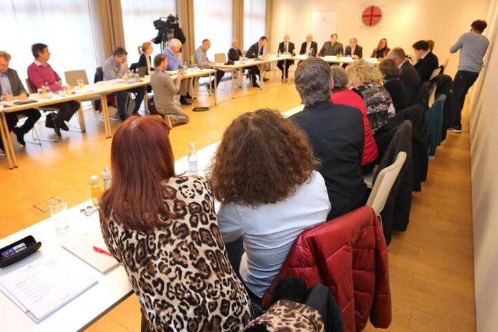 Missbrauchsopfer sitzen bei einer Pressekonferenz.