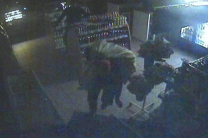 Auf den Bildern der Überwachungskamera sieht man, wie die Unbekannten den mit Zigaretten gefüllten Sack aus dem Verkaufsraum Tankstelle schleppen.