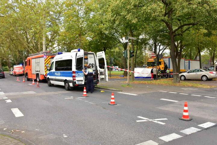 Die Polizei ermittelte vor Ort mit etlichen Beamten und sicherte Unfallspuren.
