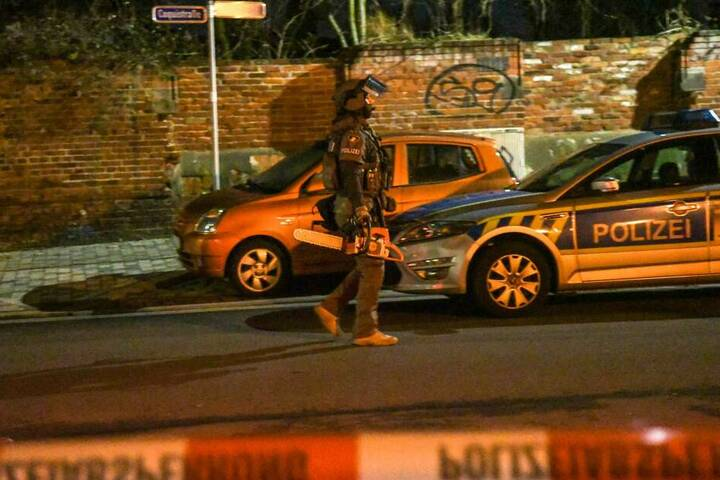 In einer Wohnung im Stadtteil Buckau soll es zu einem bewaffneten Überfall gekommen sein. Da nicht ausgeschlossen werden konnte, dass sich die Waffe oder sogar mehrere Waffen noch in der betroffenen Wohnung befindet, wurde das SEK gerufen.