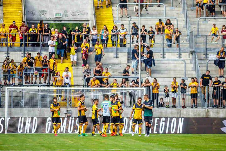 Auch der K-Block war bei der Generalprobe eher spärlich besetzt. Offiziell  10.035 Zuschauer waren im DDV-Stadion.