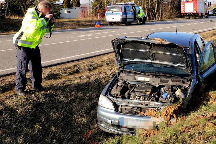 Der Opel schleuderte nach dem Zusammenstoß in den Straßengraben.