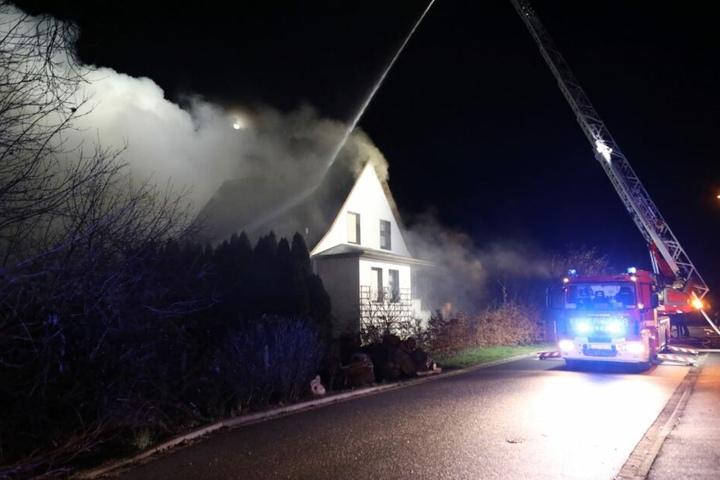 Die Identität des Mannes ist noch unklar. Das Haus wurde bei dem durch die Explosion verursachten Brand massiv beschädigt.