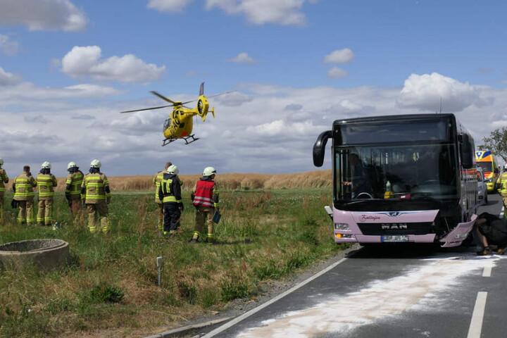 Ein Verletzter wurde mit dem Rettungshubschrauber in eine Klinik geflogen.