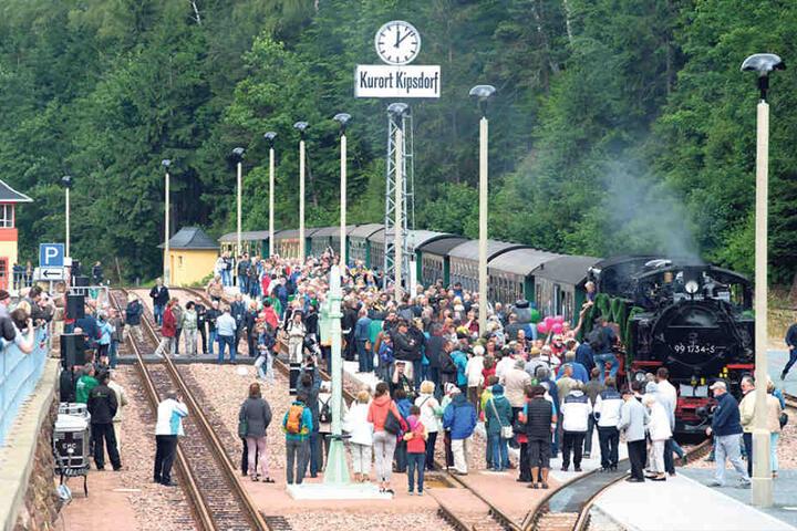 Großer Bahnhof bei der Schmalspurbahn in Kipsdorf.
