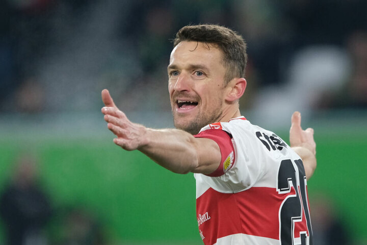 Christian Gentner hebt beim Spiel gegen den VFL Wolfsburg die Arme.