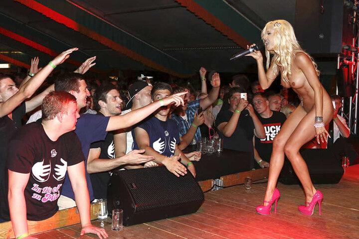Weiß, wie man Aufmerksamkeit auf sich zieht: Mia Julia bei einer ihrer Shows.