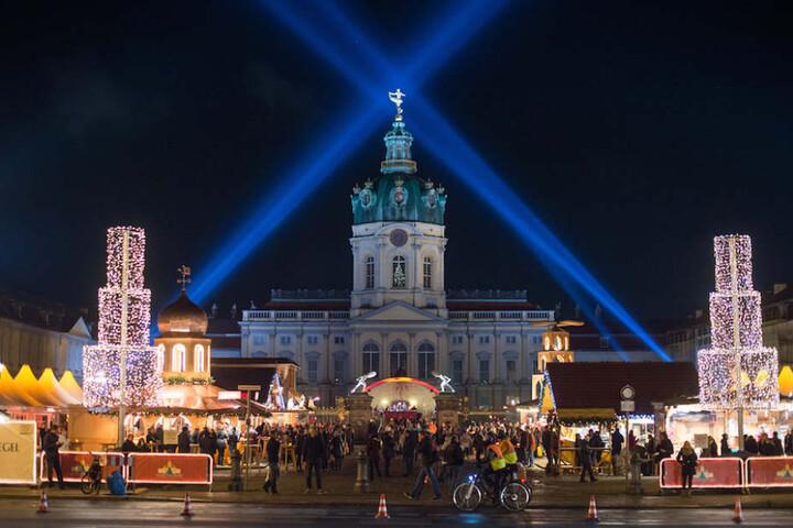 Was für ein Anblick: Der Weihnachtsmarkt vor dem imposanten Schloss Charlottenburg.