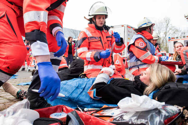 Sanitäter kümmern sich ein verletztes Opfer.