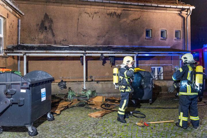 Dabei wurden mehrere Müllcontainer, ein Vordach sowie die Fassade beschädigt.