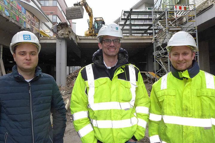 Leiten die Abbrucharbeiten: Tristan Brockmeier (Baugesellschaft für Ingenieurbau Glowienka), Carsten Knepper (Geschäftsführer Firma Wilhelm Knepper) und Dominik Borgert (Firma Knepper).