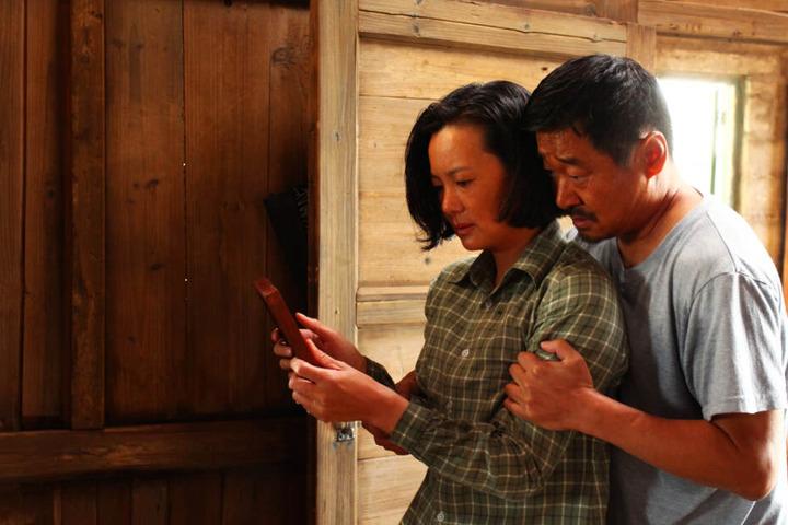 Wang Liyun (l., Yong Mei) und Liu Yaojun (Wang Jingchun) haben jahrelang mit dem schrecklichen Unfall zu kämpfen, der ihr Leben aus den Fugen gerissen hat.