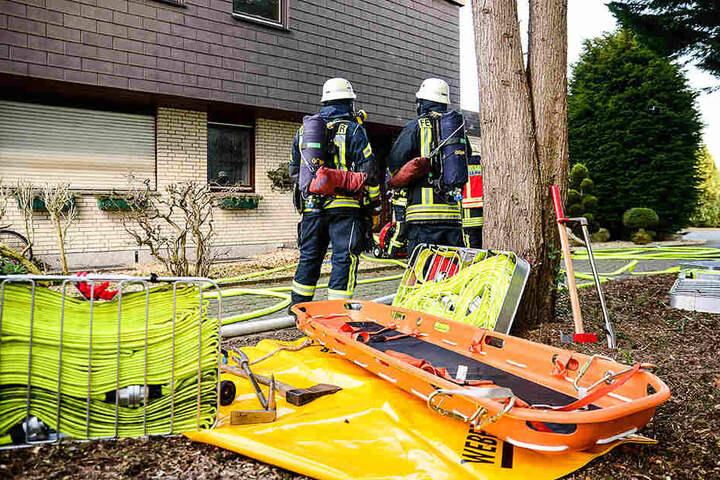 Wegen des starken Qualms musste die Feuerwehr mit Atemschutz arbeiten.