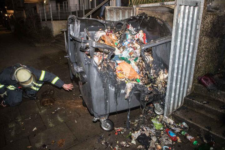 Ein Feuer zerstörte den Mülleimer.
