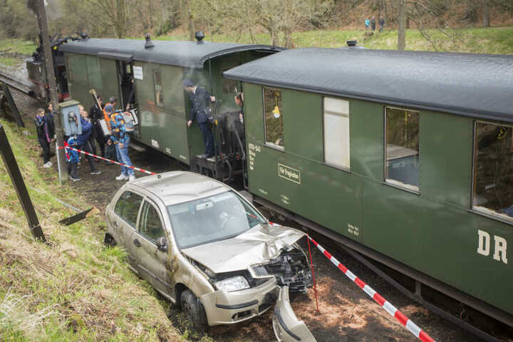 Der Skoda wurde neben der Bahnstrecke abgesichert.