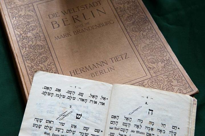 Zwei Schriften aus der Hertie-Privatbibliothek.