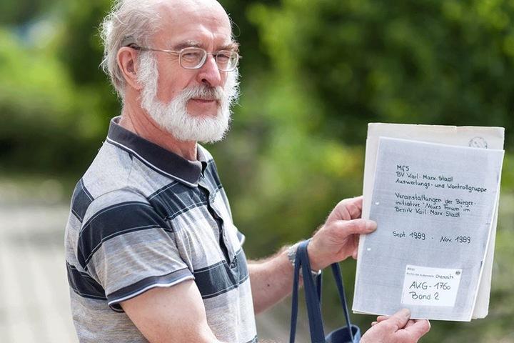 Hans-Jürgen Fischer (65) mit seiner Akte.