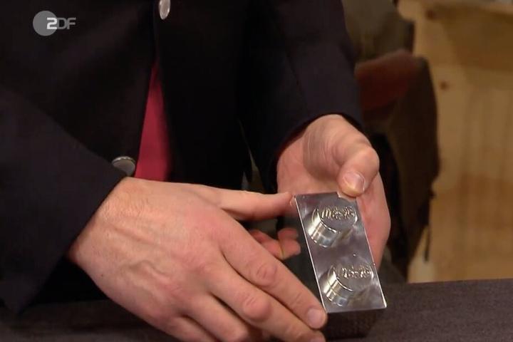Ein schönes Stück: Detlev Kümmel schätzt den Wert des silbernen Lego-Steins auf bis zu 1000 Euro.