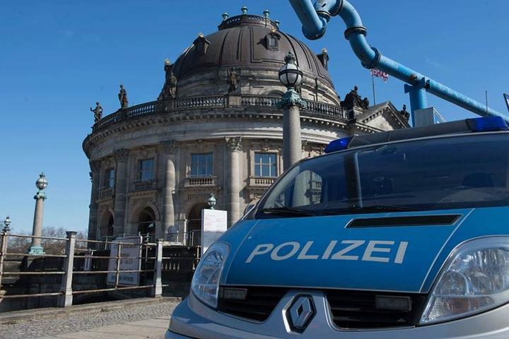 Ein Polizeifahrzeug steht vor dem Bodemuseum, aus dem die Münze geklaut wurde.