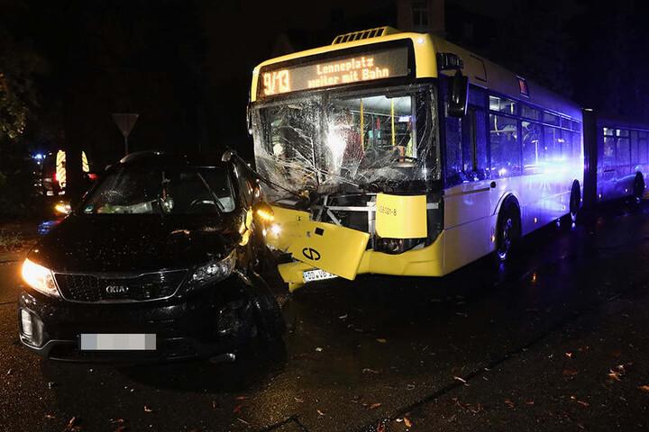 Bei dem Unfall wurden mehrere Personen, darunter auch der Busfahrer, verletzt.