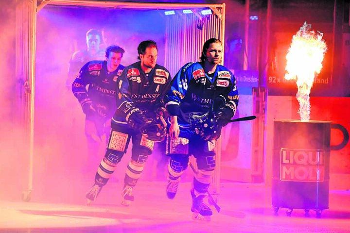 René Kramer (vorn) und seine Mitspieler sind Feuer und Flamme, gegen Tölz im zweiten Anlauf zu gewinnen.