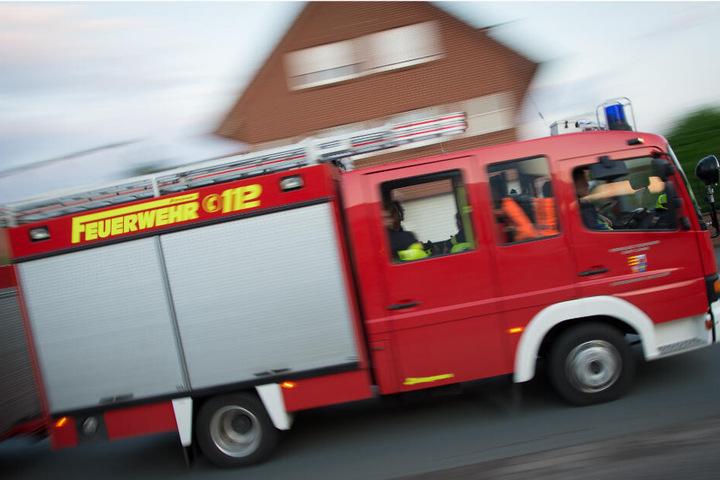 Die Feuerwehr rückte mit 40 Mann und 8 Fahrzeugen an, um den Brand unter Kontrolle zu bringen. (Symbolbild)