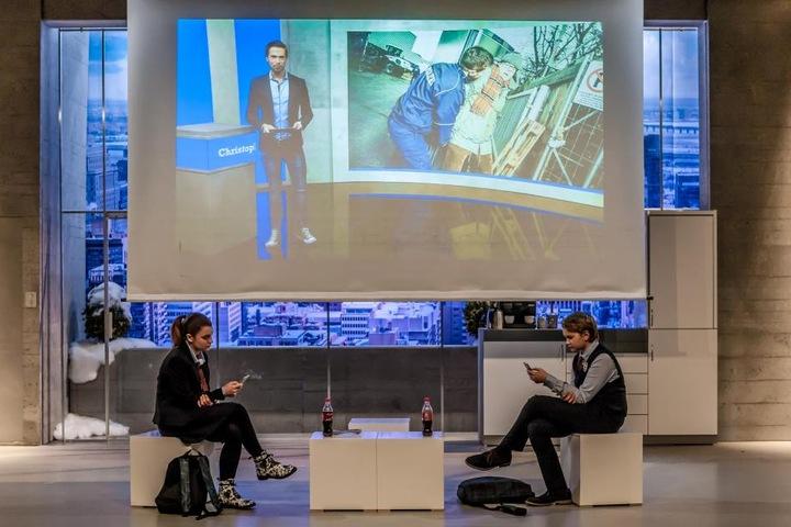 """Auf dem Bühnenbildschirm laufen gerade die """"RTL News"""" mit Christoph Hoffmann."""