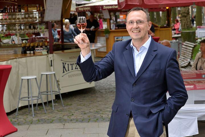 Weinfest-Organisator Michael Berger (53) wirbt für Wein aus Rheinland-Pfalz.