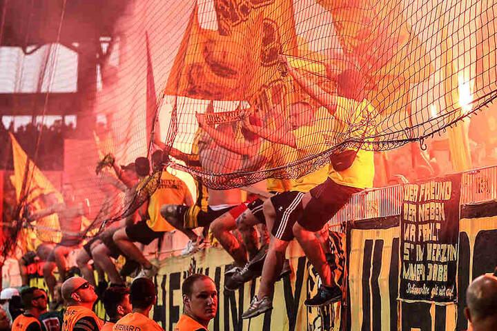 Die BVB-Fans brannten ebenfalls Pyrotechnik ab.