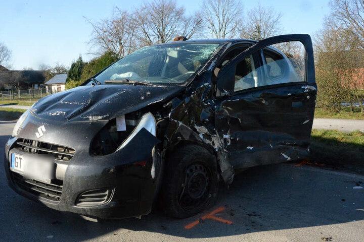 Der Suzuki kam den anderen Autos entgegen und wurde ebenfalls vom Pick-up erwischt.