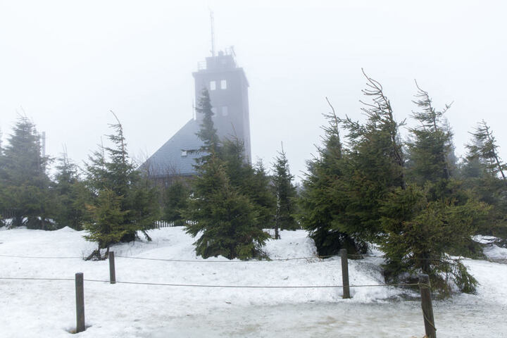 Auf dem Fichtelberg kann es auch am Wochenende noch stürmisch werden.