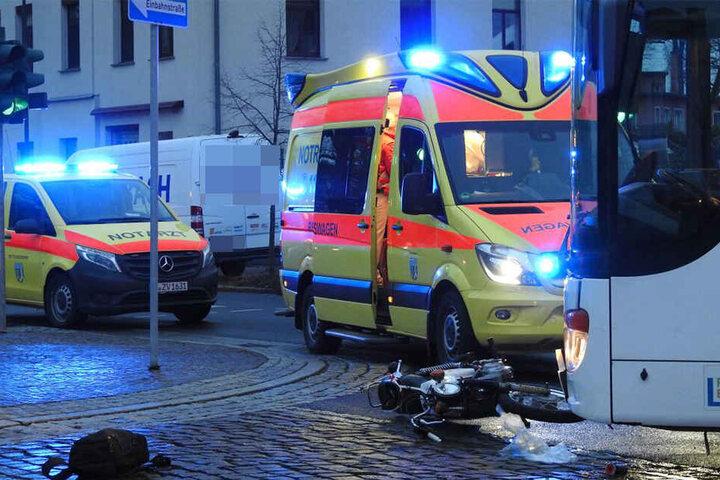 Rettungskräfte versorgten den Mopedfahrer nach dem Zusammenstoß.