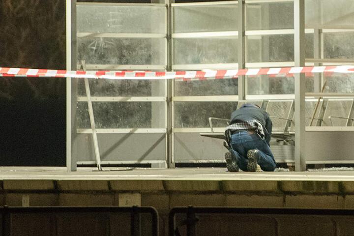Ein Entschärfer der Polizei untersucht in Hamburg auf dem S-Bahnhof Veddel einen Tatort.