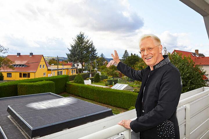 Von seinem Balkon aus guckt Wolle Förster (65) auf das gelbe Haus, in dem sein Bruder wohnt.