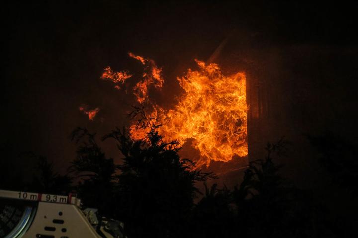 Die Flammen schlugen auch aus den Fenstern im Dachgeschoß.