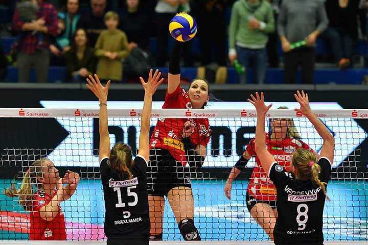 Die Dresdnerin Sasa Planinsec schlägt gegen Jennifer Pettke (Nr. 15) und Ilka van de Vyver (beide Vilsbiburg).