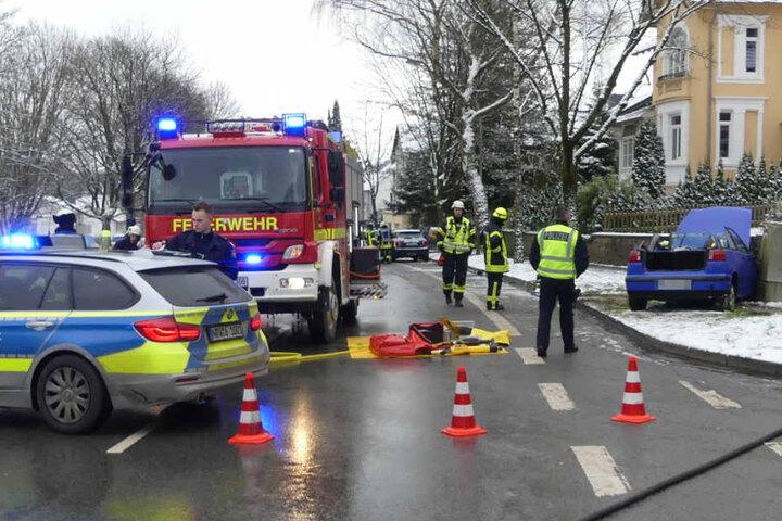 Einer der Wagen erwischte bei dem Unfall noch einen Stromkasten.
