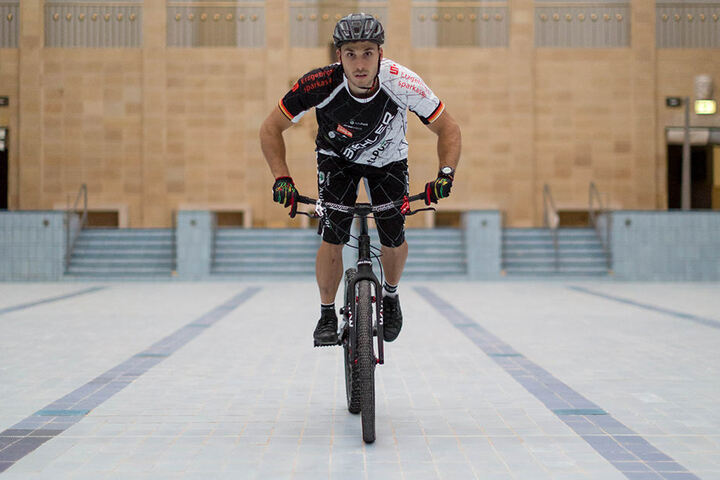 Volle Fahrt voraus: Hannes Herrmann durchquert mit trockenen Reifen das 25-Meter-Becken.