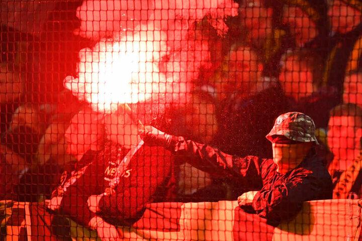 Während der Partie wurde Pyrotechnik abgebrannt.