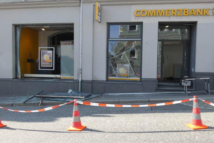 Unbekannte sprengten in Stollberg einen Geldautomat.