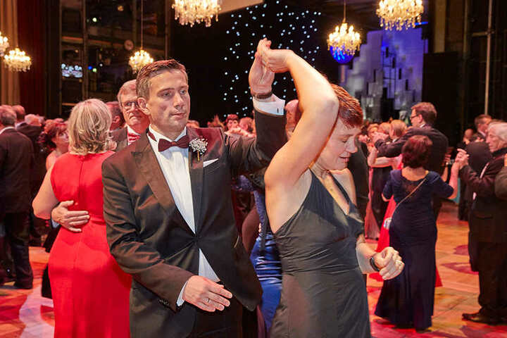 Wirtschaftsminister Martin Dulig schwingt auf der Tanzfläche gemeinsam mit seiner Ehefrau das Tanzbein.