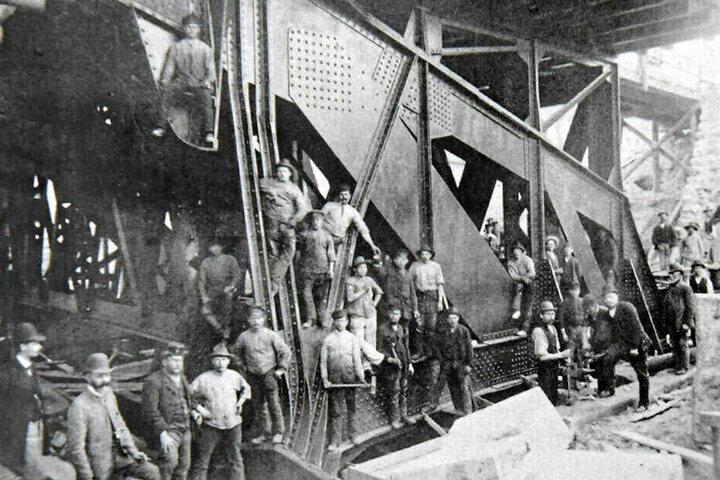 Die historische Aufnahme zeigt Arbeiter am Brückenanker auf der Blasewitzer Seite.