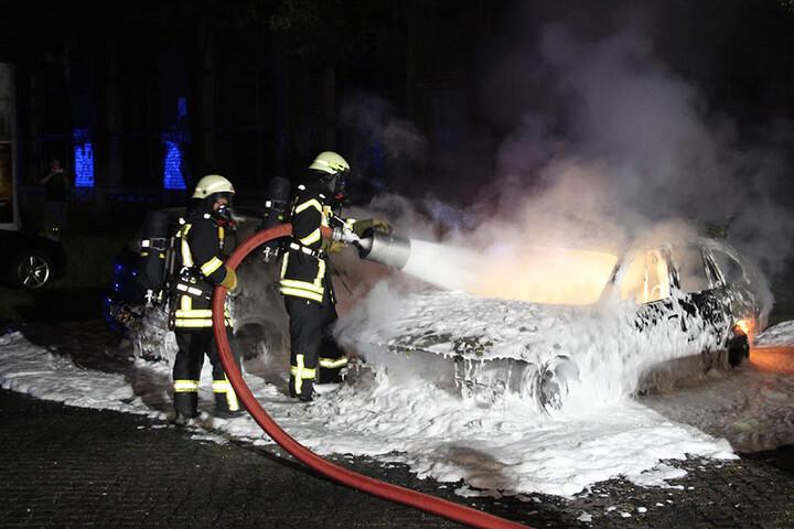 Vier Wagen brannten komplett aus. Die Polizei will die Autobrände im Laufe des Mittwochs genauer untersuchen.